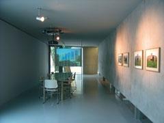 """""""Spomenik Centru za žene (THE MAKING OF)"""" instalacija, izložba """"Schrumpfende Städte 2 - Interventionen"""", Galerija suvremene umjetnosti Leipzig (video, 4 fotografije, stol s različitim materijalima), 2005."""